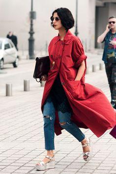 Streetstyle feminino com calça jeans, vestido de renda preto e camisa longa vermelha | Sandália flat