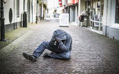 Steeds vaker lezen we over verwarde personen die zorgen voor onrust. De politie bevestigt deze trend. Het aantal meldingen van verwarde personen is de afgelopen vijf jaar met 65 procent gestegen. Ook in Drenthe.  Verwarde man op straat. FOTO MARCEL JURIAN DE JONG