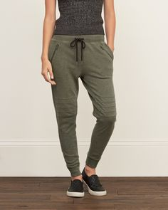 Joggers are back this fall and it looks like they are here to stay 2016 Casual Outfits, Cute Outfits, Fashion Outfits, Fashion Weeks, Women's Casual, Casual Wear, Sweatpants Outfit, Jogger Pants Outfit, Athletic Wear