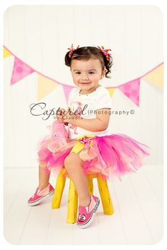 Cute picture idea for a 2 year old birthday girl.