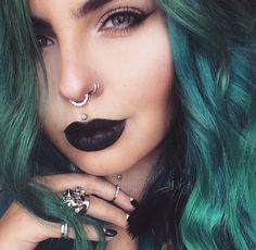 Thinking about getting a septum piercing? Here, everything you need to know about getting a septum piercing, and 17 gorgeous inspo looks to inspire your next piercing. Septum Piercings, Medusa Piercing, Piercing Tattoo, Piercing Nostril, Piercings Corps, Faux Piercing, Facial Piercings, Septum Ring, Top Lip Piercing