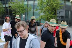 """Biermarathon FH Vorarlberg Am Samstag hat ÖH FH Vorarlberg mit den BA, Ma Studierenden und Incomings den Biermarathon durchgeführt. Aufgabe der Studierenden war es von der FH über den Zansenberg, in zweier Teams, eine Kiste Mohren zu transportieren und zu Trinken. Beim Zieleinlauf mussten, die zwanzig Flaschen gelehrt sein. Kurioses während dem Wettbewerb:"""" Bierkiste wurde verloren, Rucksack wurde vergessen, und die Strecke zweimal gelaufen, Teams haben sich verlaufen u.ä. Es hatten alle… Marathon, Panama Hat, Cowboy Hats, Fashion, To Study, Left Out, Flasks, Drinking, Moda"""