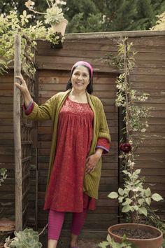 """Frühjahrskollektion 2014 - Myriam Peignon aus Aniane ist eine eigenständige Frau, die sich selbst verwirklicht. Sie trägt ein tomatenrotes Kleid """"Jane"""" und eine Schaljacke aus Leinen und Lyocell. Gefällt euch die Jacke? http://www.gudrunsjoeden.de/mode/produkte/strickjacken-westen"""