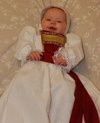 Dåpskjolen Rose sin tradisjonsmekke var opprinnelig mest brukt på Vestlandet, i en kombinasjon av gull- og vevd bånd.  Rødt var brukt kjønnsuavhengig for hele landet i gamle dager, og denne dåpskjolen passer derfor like fint til gutt som jente.