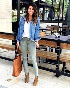 how to wear a denim jacket in spring outfits you can copy Jean Jacket Outfits, Denim Outfit, Fall Winter Outfits, Spring Outfits, Olive Green Pants Outfit, Outfits With Green Jeans, Fashion Mode, Fashion Outfits, Mode Cool