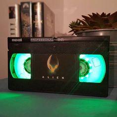 Nachttischlampen aus alten VHS-Videokassetten für Horror-Freunde