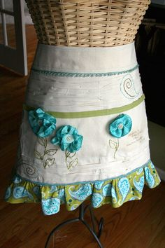 I ♥ this apron!  Wanna make one similar to it!