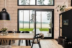 Black log home into a rural setting - Honka Modern Cabin Interior, Country Interior Design, Modern Cottage, Modern Farmhouse, Log Cabin Furniture, Rustic Wood Furniture, Western Furniture, Furniture Design, Chalet Design