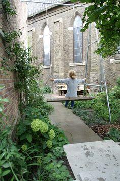 Schommel XXL gemaakt van verzinkte buis. Tuin is ontworpen en aangelegd door hoveniersbedrijf van Elsäcker