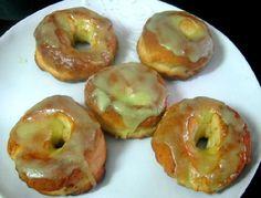 Otra forma de hacer y de comer donas. Esta vez al horno, con masa de levadura y bañadas con un glaceado rápido saborizado con naranja y vainilla.