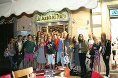 Een groepsfoto op de laatste avond voor het restaurant waar we gegeten hadden ~ dag 4