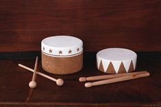 DIY Cork Drums from Pretty Prudent The girls would love this. Craft Projects For Kids, Cool Diy Projects, Diy For Kids, Kids Fun, Craft Ideas, Cork Crafts, Diy Crafts, Drum Lessons For Kids, Drum Craft