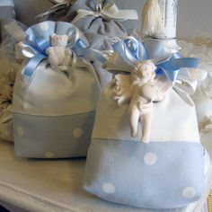 Favor bag with angel in chalk scented Mathilde M., polka dot cotton fabric, contrast border.  Complete with 5 sugared almonds in PVC box.
