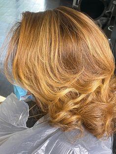 Pressed Natural Hair, Blonde Natural Hair, Brown Hair With Blonde Highlights, Golden Blonde Hair, Honey Blonde Hair, Black Curly Hair, Natural Hair Highlights, Golden Highlights, Black Girl Hair Colors