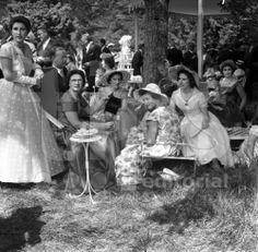 Familiares de la duquesa María Teresa von Württemberg, en el garden Party, después de la ceremonia de su boda con el príncipe Enrique de Orleans