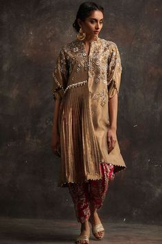 Shop online formal clothes in various designs and styles at the best prices form Nida Azwer. Pakistani Formal Dresses, Pakistani Wedding Outfits, Indian Fashion Trends, India Fashion, Velvet Dress Designs, Fancy Kurti, Trend Fabrics, Golden Dress, Gorgeous Fabrics
