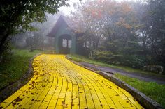 "The park is now opened once a year for an event called Autumn at Oz, which is run by old employees and park enthusiasts. | Eerie Images Show An Abandoned ""Wizard Of Oz"" Theme Park"