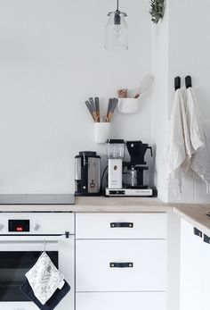 Scandinavian interior decor has always been fascinating. That's because of the simplicity and minimalist style. The kitchen in Scandinavian style has an airy and simple decor but it's also functional and practical. The Scandinavian kitchen design and Interior Desing, Home Interior, Interior Design Kitchen, Kitchen Dinning, New Kitchen, Kitchen Decor, Kitchen Ideas, Kitchen White, Kitchen Styling