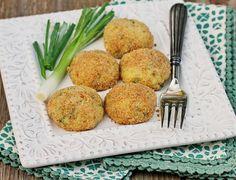 Печени картофени кюфтета.  600г картофи 60 г крем сирене 100г настърган кашкавал или зряла моцарела 1 яйце 1 супена лъжица разтопено масло 3-4 стръка зелен лук, нарязан на ситно 1/4 ч.ч нарязан на ситно пресен магданоз 1ч.л сол Смлян черен пипер  3-4 разтопени лъжици масло 1ч.ч галета