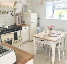 49 Smart Small Cottage Kitchen Design Ideas - Page 22 of 49 Small Cottage Kitchen, Home, Small Kitchen, Kitchen Decor, Cottage Kitchen Design, Cottage Kitchen, House Interior, Home Kitchens, Shabby Chic Kitchen