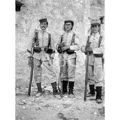 MUGRIENTOS, PERO HEROES, TRAS LA CAMPAÑA DEL 27 DE JULIO DE 1909, EN MELILLA: DE IZQUIERDA A DERECHA. EL CABO FRANCISCO MARTIN, Y LOS SOLDADOS FRANCISCO GONZALEZ Y DIEGO SAENZ.1909 (CA.): Descarga y compra fotografías históricas en   abcfoto.abc.es