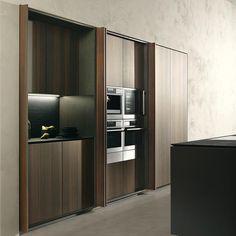 Una cucina completa e funzionale quando in uso, un armadio compatto e lineare quando chiusa.