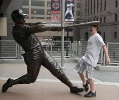 People Making Awkward Fun With Statues. Fun with statues and Funny Statue pictures. Some say they're simply having fun with statues not paining. Fun With Statues, Funny Statues, Funny Poses, Funny Sports Pictures, People Poses, People Having Fun, Normal People, Stupid People, Crazy People