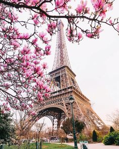 Doesn't the Eiffel Tower look pretty in pink? Who would you like to join you to experience spring in Paris? Tour Eiffel, Torre Eiffel Paris, Eiffel Tower Photography, Paris Photography, Beautiful Paris, Paris Love, Aloita Resort, Eiffel Tower Art, Paris In Spring