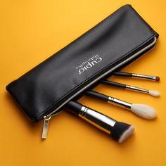 """Setul de pensule """"Travel brush set"""" contine toate pensulele de care ai nevoie cand calatoresti. Setul este compus din urmatoarele pensule:  308 - Pensula pentru pudra, highlighter, contur; par de capra;  309 - Pensula medie pentru blending, par de capra;  316 - Pensula pentru aplicarea anticearcanului, par de samur;  321 - Pensula pentru fond de ten, par sintetic; Travel Brushes, Brush Set, Bronzer, Samurai, Zip Around Wallet, Make Up, Bags, Instagram, Handbags"""