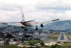 Aeropuerto decToncontin, Honduras, ubicado en terrenos montañosos, los pilotos deben realizar un ángulo de 45 grados antes de aterrizar