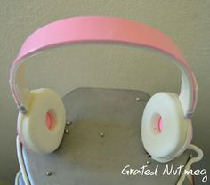 This is a tutorial on how to make headphones using fondant. These headphones can be used as toppers for music themed cakes such as the Dancehall Cak… Fondant Rose Tutorial, Cake Topper Tutorial, Dog Cake Topper, Fondant Cupcake Toppers, How To Make Headphones, Music Cupcakes, 14th Birthday Cakes, Music Themed Cakes, School Cupcakes