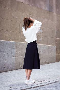 ダイバー素材を使ったスポーティなトップスに、ミモレ丈スカートを合わせたフェミニンミックススタイル。