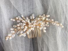 28 отметок «Нравится», 1 комментариев — Свадебные украшения Томск (@alexandra_anhels) в Instagram: «Новый красавчик! В наличии Лунные камни, матовые бусины Цена 2100 руб. #гребень…»