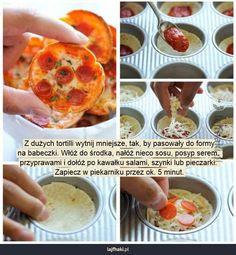 Prosta przekąska na imprezę - Z dużych tortilli wytnij mniejsze, tak, by pasowały do formy na babeczki. Włóż do środka, nałóż nieco sosu, posyp serem,  przyprawami i dołóż po kawałku salami, szynki lub pieczarki.  Zapiecz w piekarniku przez ok. 5 minut.