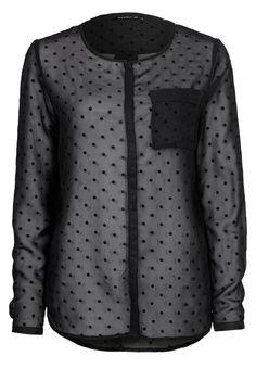 Blusa negra y transparente. ¿Es o no es elegante el negro?