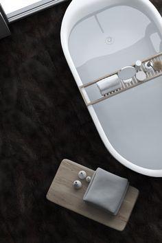 Unser Boden GRAVITY in DARKBROWN wirkt warm und gemütlich. Er erhöht das Gefühl von Geborgenheit, welches man in einem Raum empfindet. Die Wärme dieses Brauntons ist fast mit den Händen greifbar. Er strahlt Verlässlichkeit aus und ist damit wie geschaffen für ruhige Plätze in der Wohnung, an denen man sich im Alltag einfach fallen lassen kann: Ihr Bad. #badezimmer #dunkelbraun #fugenlos #fliesenersatz #blauerengel #musterbestellen #badideen #naturboden Flooring, Inspiration, Dark Brown, Full Bath, Boden, Simple, Biblical Inspiration, Wood Flooring, Inspirational