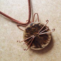 gato grimalkin - colar com pingente de gato em botão de madeira e fio de cobre co  cordão de camurça sintética