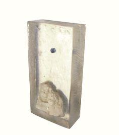 """""""Nostoi"""" - calco in resina con statuetta e pietruzza. 13x6x3 cm, 2014"""