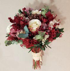 Ramo de novia de flores preservadas y secas. Este ramo es cien por cien natural. Medidas: Diámetro: 22 cm. Largo: 32 cm. Peso:180 gr. El tamaño puede variar. Las flores están disponibles...