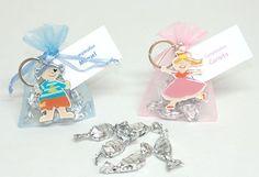 Regalos para los niños. Llavero hada o pirata Se presenta en bolsa organza a tono con 5 caramelos plateados y tarjeta personalizada