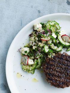 Opskrift på agurkesalat med quinoa og hakkebøf