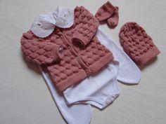 Conjunto Composto em 6 peças ..em trico artesanal - 1 Casaco - 1 Body e  culote - 1 Touca - 1 Par de luvas - 1 par de sapatinhos Tamanho de 1 a 3  meses cor ... d21275ff38a83