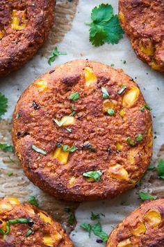 Meksykańskie burgery z kaszy jaglanej i czerwonej fasoli Veg Recipes, Vegetarian Recipes, Cooking Recipes, Healthy Recipes, Recipies, Healthy Food, Pizza Burgers, Salmon Burgers, Flammkuchen Vegan