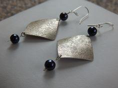 """Boucles d'oreille """"Tuck"""" argentées perles noir hématite : Boucles d'oreille par bijou-lie"""