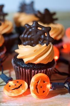 Click make it for the full recipe! These Chocolate Spiderweb Cupcake Toppers are the perfect spooky sweet for Halloween and can be made with just a few simple ingredients. Dulces Halloween, Halloween Torte, Halloween Cupcake Toppers, Halloween Baking, Halloween Desserts, Holiday Desserts, Halloween Treats, Halloween Cupcakes Easy, Kawaii Halloween