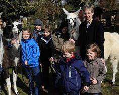 Angst vor Lamas? Keine Spur. Am Spielenachmittag gingen die Kinder mit den Tieren auch spazieren, rechts Heike Brug.   Foto:  Hans Jazyk
