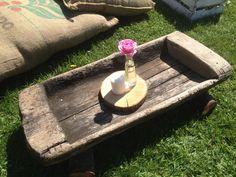 Tavolino realizzato reinventando una vecchia mangiatoia