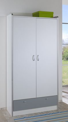 In 4 Farbkombinationen erhältlich. Front weiß, mit farblich abgesetzten Schubkasten. Kanten und Griffe sind alufarben, aus Kunststoff. Pflegeleichte Kunststoffoberfläche. Scharniere und Kleiderstangen aus Metall. Schubkasten auf Metalllaufleisten.  Mit 2 Türen und 1 Schubkasten. Hinter den Türen 1 Kleiderstange und 1 Einlegeboden. Schubkasteninnenmaße (B/T/H): 80/15/45 cm.  Maße (B/T/H): 95/56/...