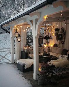 MAGICAL ✨ Ist diese Veranda von Anna-Lena @annalena.lindqvist nicht einfach ein Traum? ✨Das Laternenlicht mit dem Schnee zaubert diese…