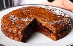 This epiphany cake recipe is made with two discs of puff pastry, enclosing a layer of chocolate.